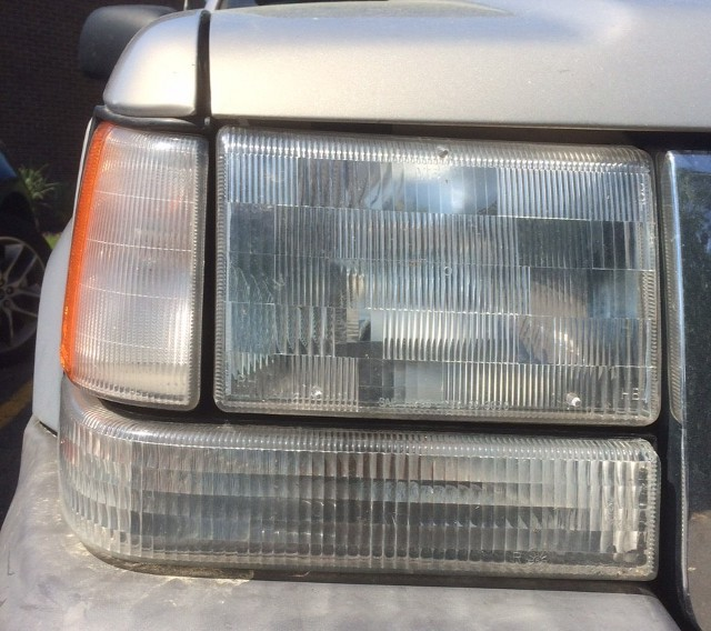 image of headlight gaps on a Jeep Grand Cherokee ZJ