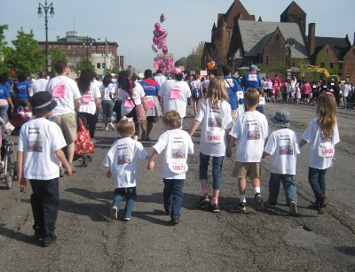 picture of grandchildren with grandmother at race for the cure