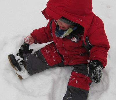 picture of a crying child who lost his glove in the snow