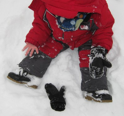 picture of a child who lost his glove in the snow