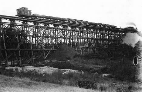 picture of a train trestle
