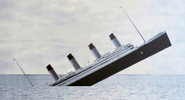 image of the RMS Titanic sinking