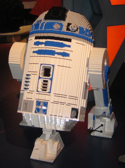 picture of R2-D2 in the Schaumburg Legoland Discovery Center